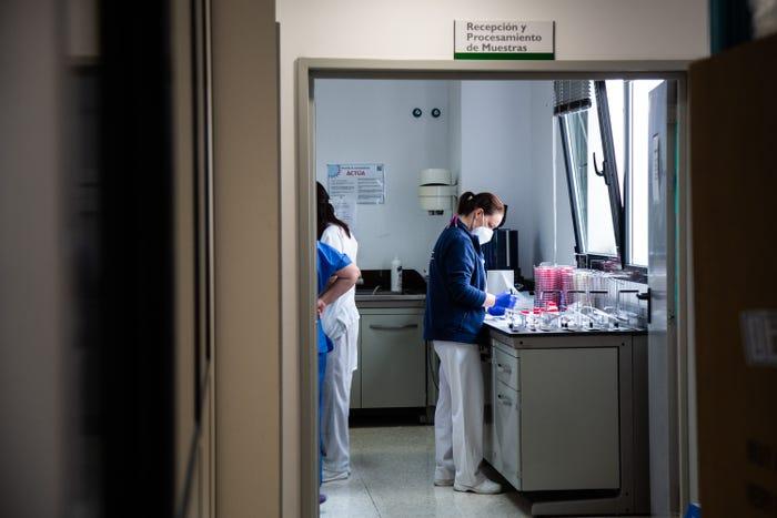 Các nhà nghiên cứu xử lý mẫu virus COVID-19 tại Bệnh viện Đại học Badajoz ở Tây Ban Nha - Ảnh: Europa Press/Getty Images