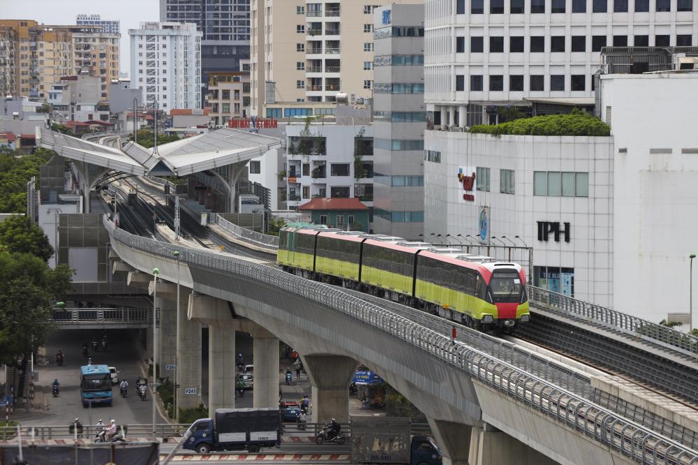 Đoàn tàu di chuyển qua nhà ga trên cao của metro Nhổn - ga Hà Nội.  Thời gian chạy từ khu Depot Nhổn đến ga S8 khoảng 15 phút.