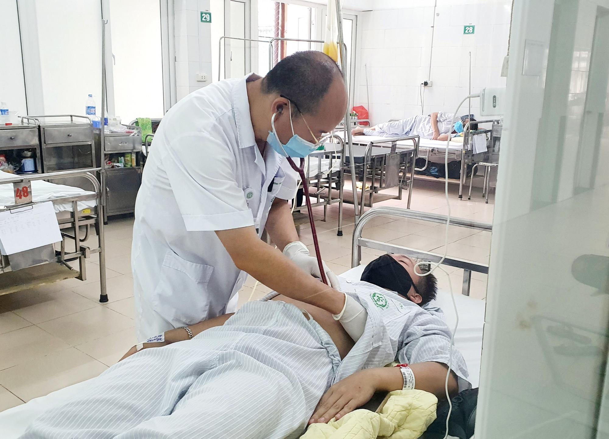 Sốt cao, đau người, anh T. tưởng gặp phản ứng sau tiêm vắc xin nhưng lại mắc sốt xuất huyết
