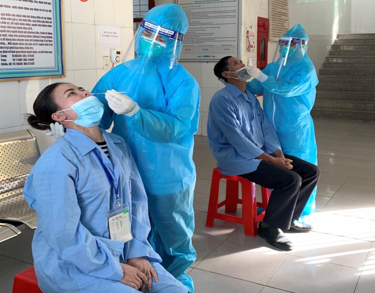 Bệnh nhân và người nhà điều trị ở Bệnh viện Tâm thần Nghệ An được lấy mẫu xét nghiệm COVID-19