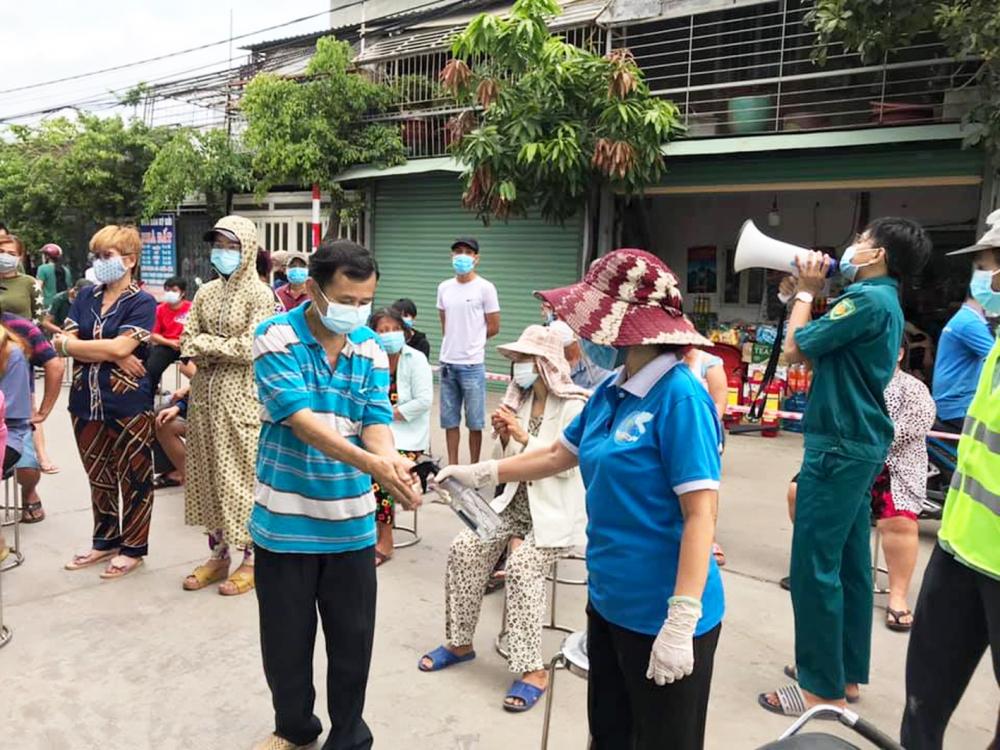 Cán bộ Hội LHPN các xã, thị trấn tại H.Bình Chánh  cùng tham gia hướng dẫn người dân thực hiện 5K  khi lấy mẫu xét nghiệm truy vết COVID-19