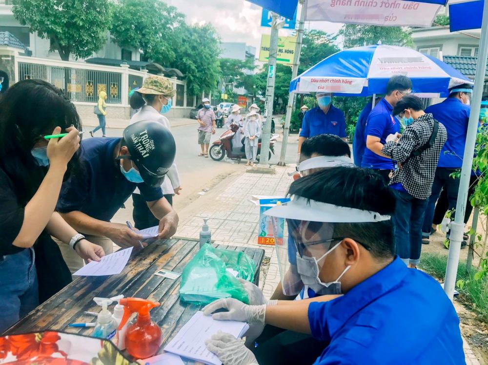 Sinh viên ở Thành phố Hồ Chí Minh tình nguyện tham gia hỗ trợ lực lượng tuyến đầu chống dịch COVID-19 - Ảnh: Hoài Sơn