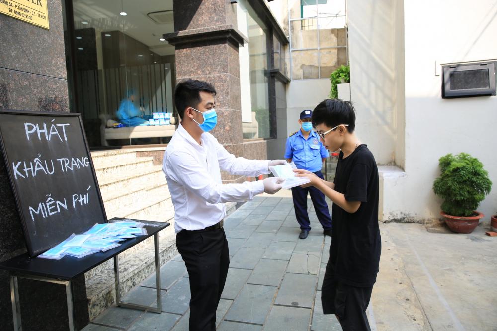 Thành phố Hồ Chí Minh là nơi có rất nhiều chương trình thiện nguyện giúp đỡ nhau trong dịch COVID-19. (Trong ảnh: Có rất nhiều điểm phát khẩu trang miễn phí cho người dân trong mùa dịch) - Ảnh: Đỗ Minh