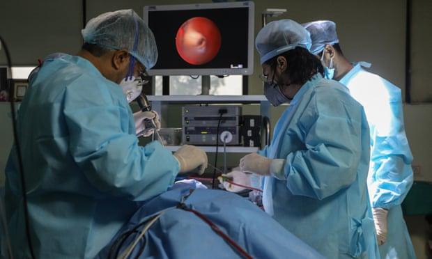 Các bác sĩ ở Ấn Độ tiến hành phẫu thuật nội soi cho một bệnh nhân mắc bệnh nấm mucormycosis hay còn gọi là 'nấm đen'. Ảnh: Rajat Gupta / EPA