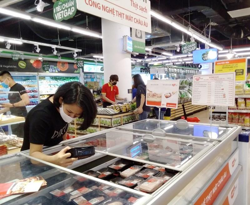 Người tiêu dùng mua thịt mát MEATDeli tại siêu thị VinMart. Ảnh: Masan Group