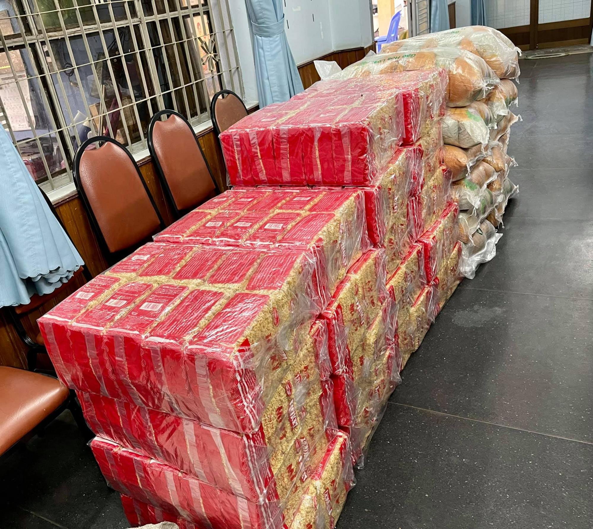 Nhu yếu phẩm được gửi về nhanh chóng để hỗ trợ nghệ sĩ khó khăn, công nhân hậu đài