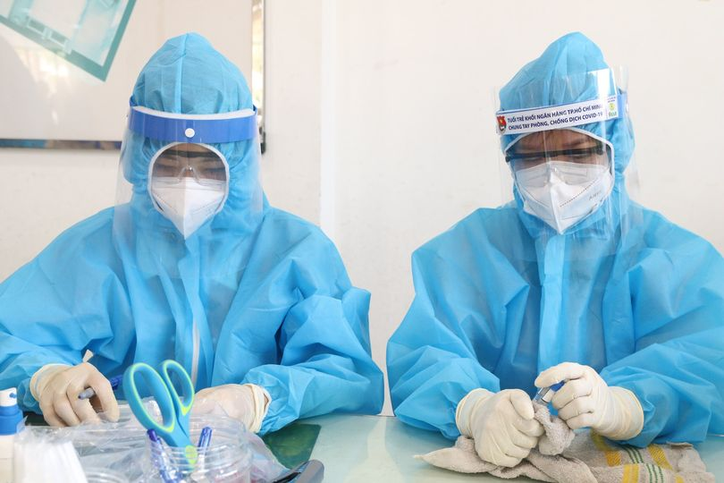 Nhân viên y tế chuẩn bị thực hiện lấy mẫu giám sát COVID-19
