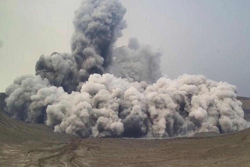 Núi lửa Taal phun hơi lưu huỳnh điôxít trong vài ngày.