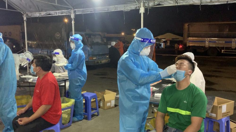 Người dân lấy mẫu tầm soát COVID-19 ở TPHCM