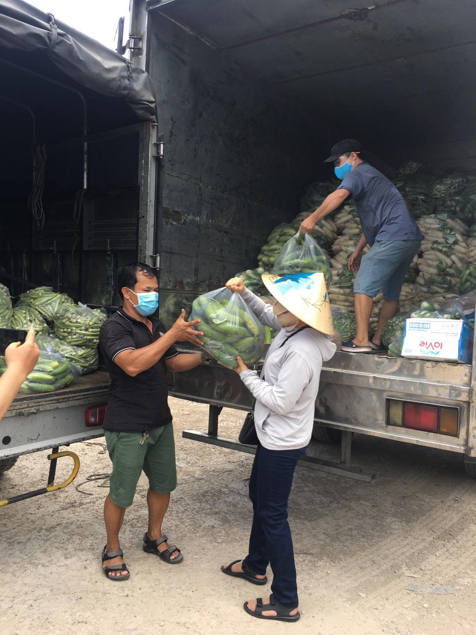 Hai chuyến xe chở hơn 7 tấn rau của, lương thực tiếp sức cho Hội LHPN TP.HCM trong công tác chăm lo, phòng, chống dịch