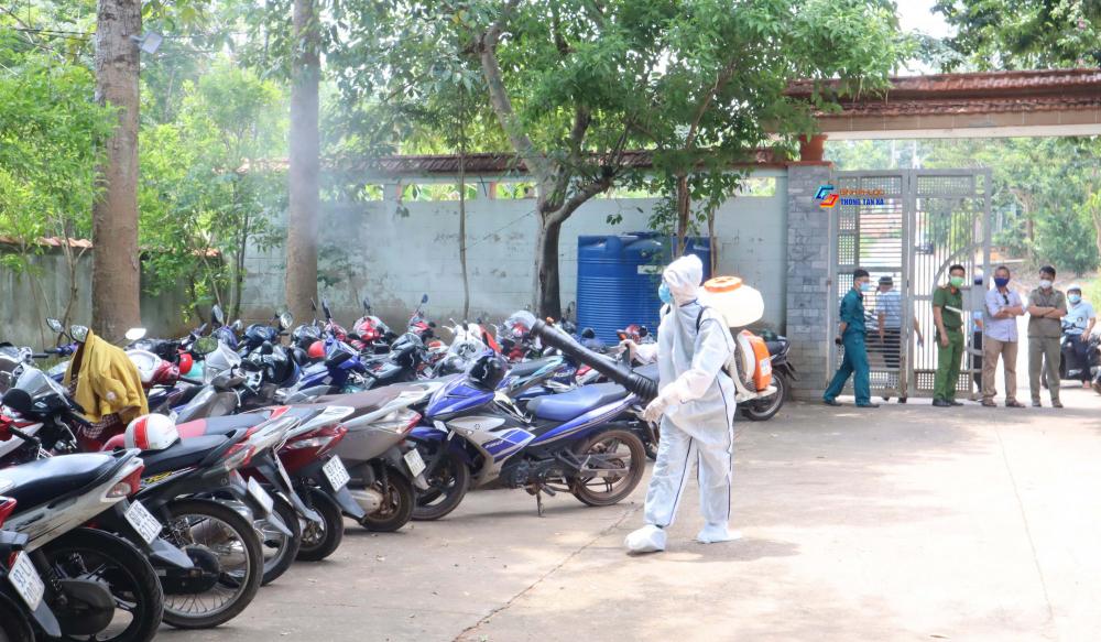 Phun khử khuẩn khu vực nhà hàng Hương Phù Sa