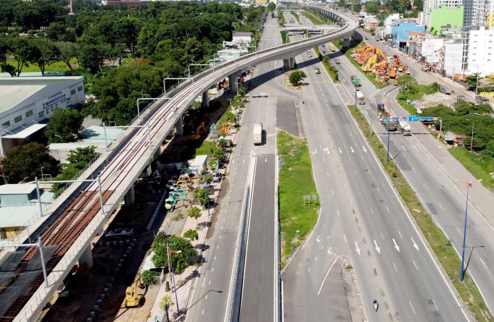 Đoạn đầu của hầm gần với cầu vượt trên xa lộ Hà Nội đang thi công