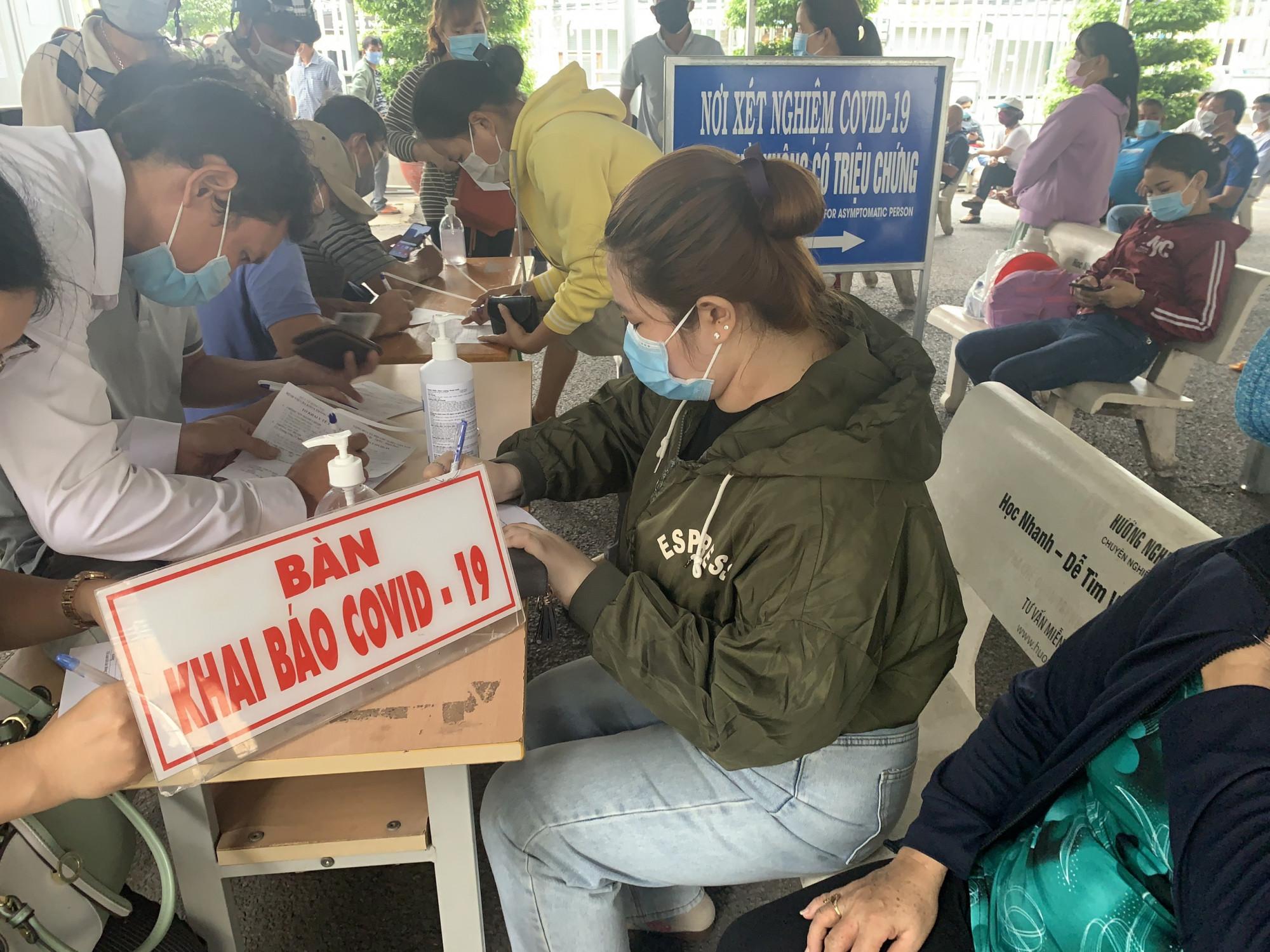 Người dân làm thủ tục lấy mẫu xét nghiệm COVID-19 tại BVĐK Thống Nhất Đồng Nai