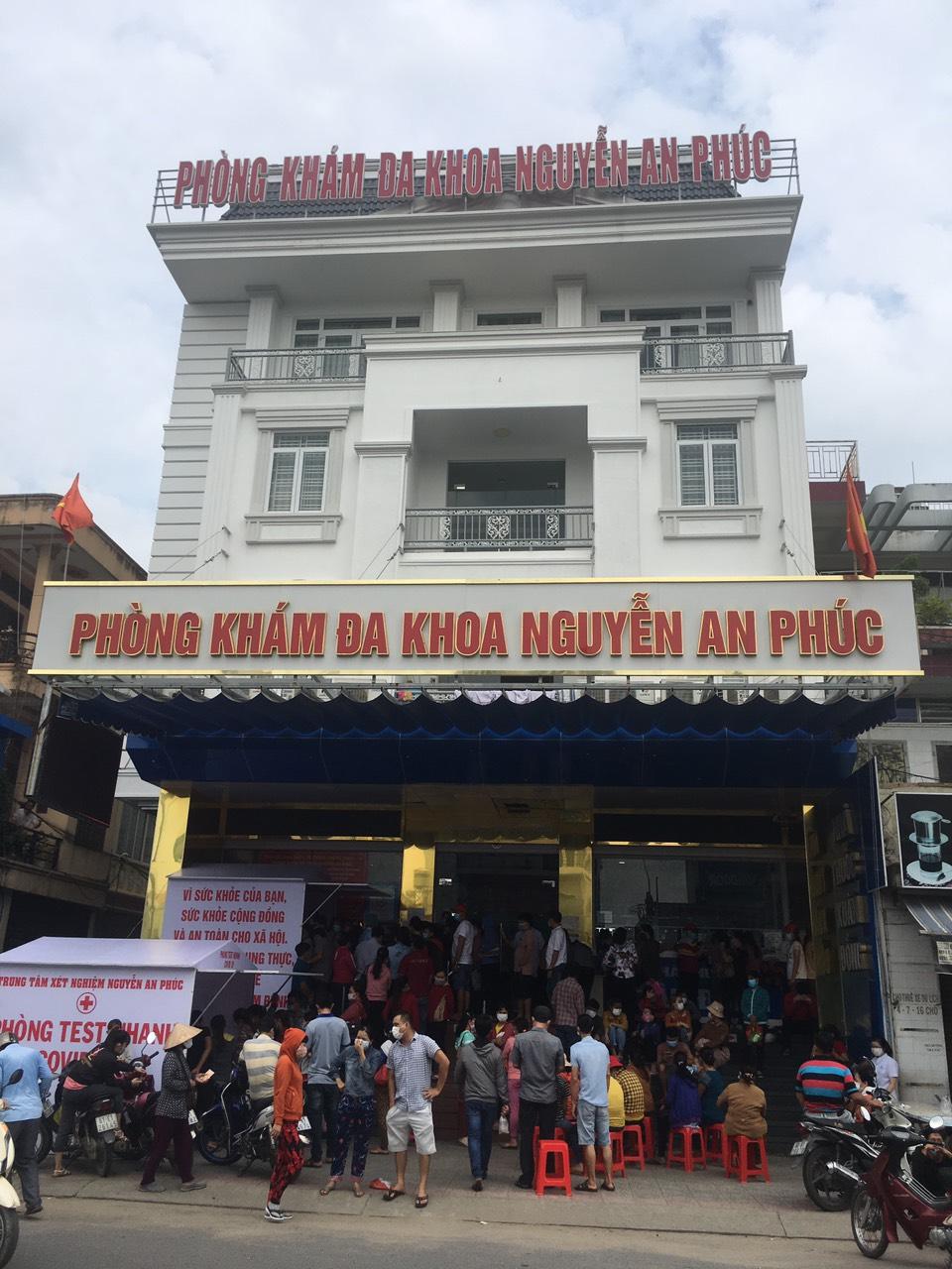 Sáng sớm ngày 4/7, rất đông người đi làm XN COVID-19 tại cơ sở y tế tư nhân ở TP. Biên Hoà, Đồng Nai