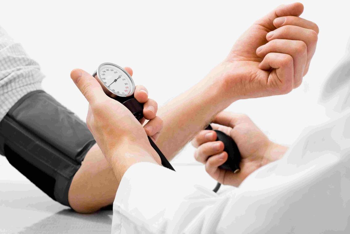 Người có tiền sử bệnh lý huyết áp cần tuân thủ uống thuốc theo chỉ định của bác sĩ, tái khám định kỳ và đi khám ngay khi thấy huyết áp dao động, khó kiểm soát