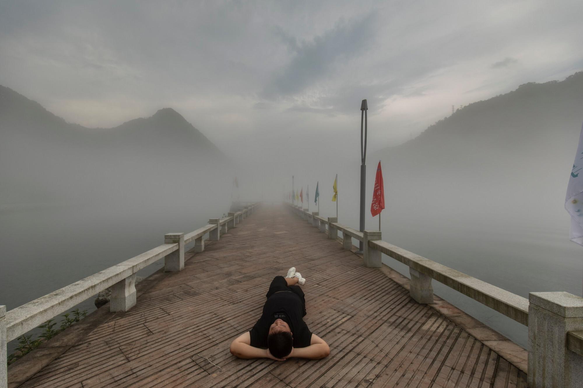 Giới trẻ Trung Quốc đang theo đuổi lối sống chậm và giản đơn thay vì phải cố gắng hết sức cho những nhu cầu nặng về vật chất - Ảnh: Qilai Shen/NYT