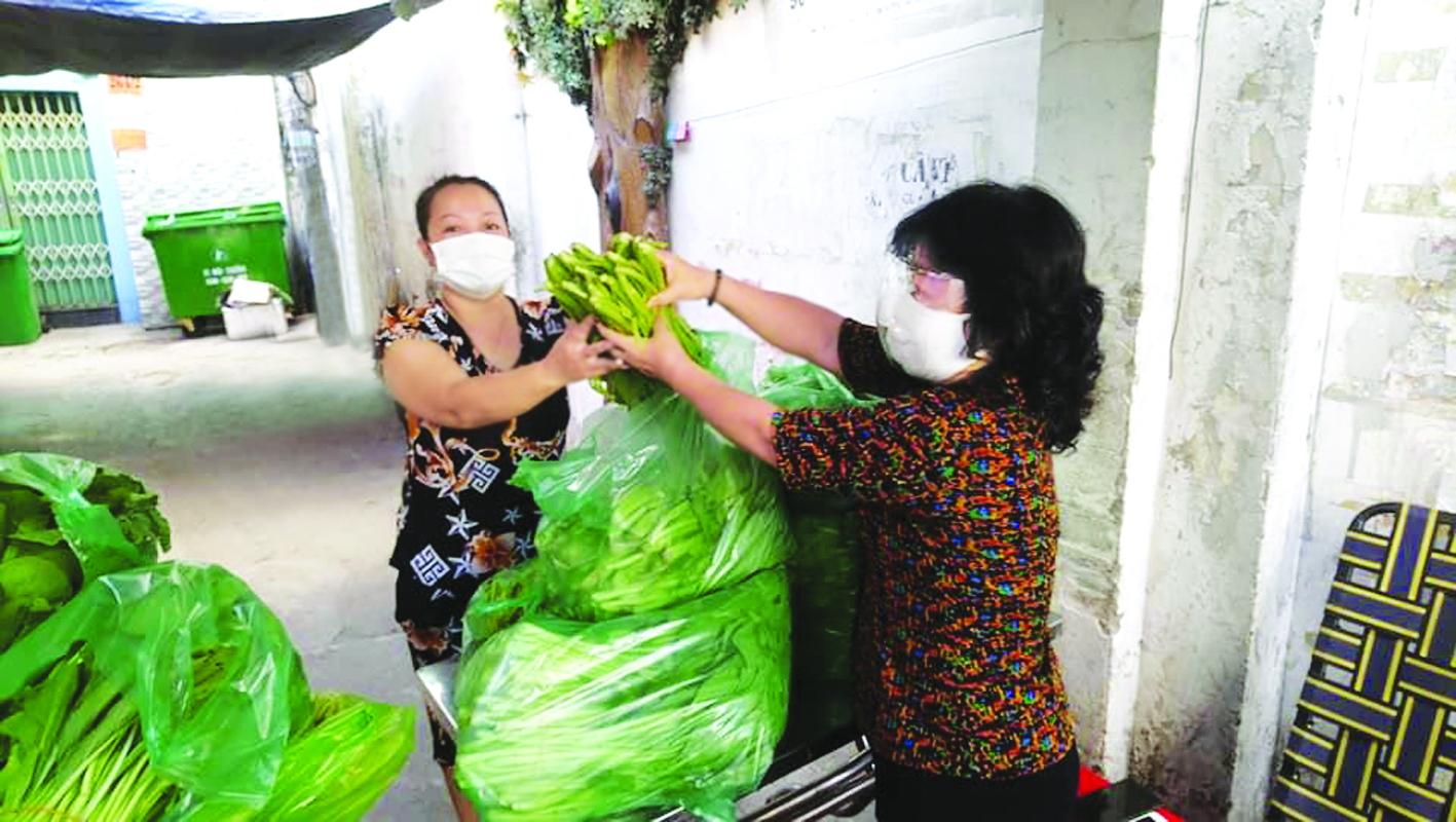 Người dân khó khăn vì dịch bệnh đón nhận những bó rau vượt trăm cây số trong ngày