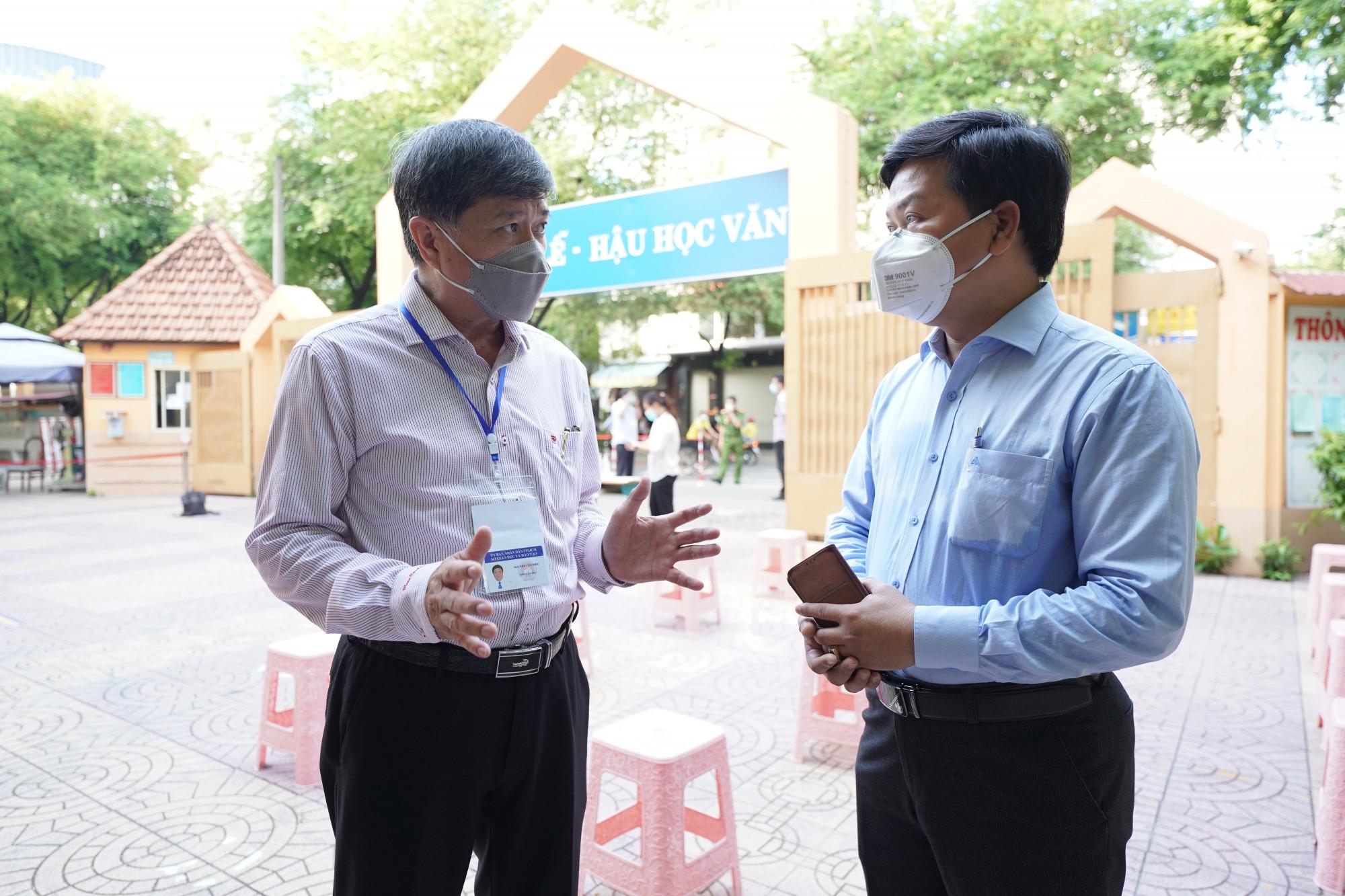 Ông Nguyễn Văn Hiếu, Phó Giám đốc phụ trách Sở GD-ĐT TPHCM (trái) kiểm tra điểm xét nghiệm cho thí sinh