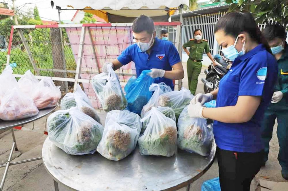 """Các đoàn thể tại địa phương đang tìm cách """"giải cứu"""" rau củ quả cho bà con nông dân"""