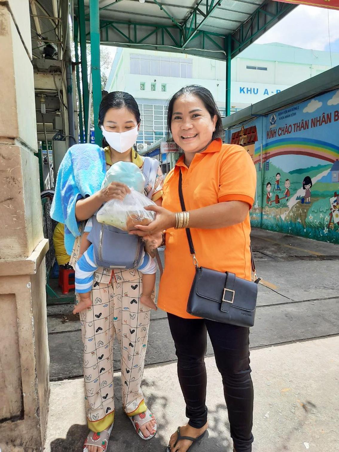 Chị Lê Hoàng Yến với sáu năm bền bỉ đưa cơm cho người nghèo - ảnh: T.L.