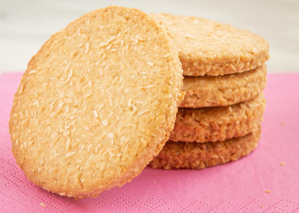 Bánh quy dừa:  Nguyên liệu: 100 gram bột mì + 100 gram đường + 200gram dừa bào (có thể dùng 50 gram dừa bào khô) + 2 quả trứng + 1 thìa cafe bột nở (baking soda).  Cách làm: Đánh tan trứng với đường (bằng tay hoặc máy đánh trứng). Thêm dừa nạo sợi, trộn đều. Dùng bao nilong lọc bột, ủ khoảng 30 phút. Tạo hình bánh bằng tay hay khuôn. Nướng ở nhiệt độ 350F (180 ° C) trong 15 phút.