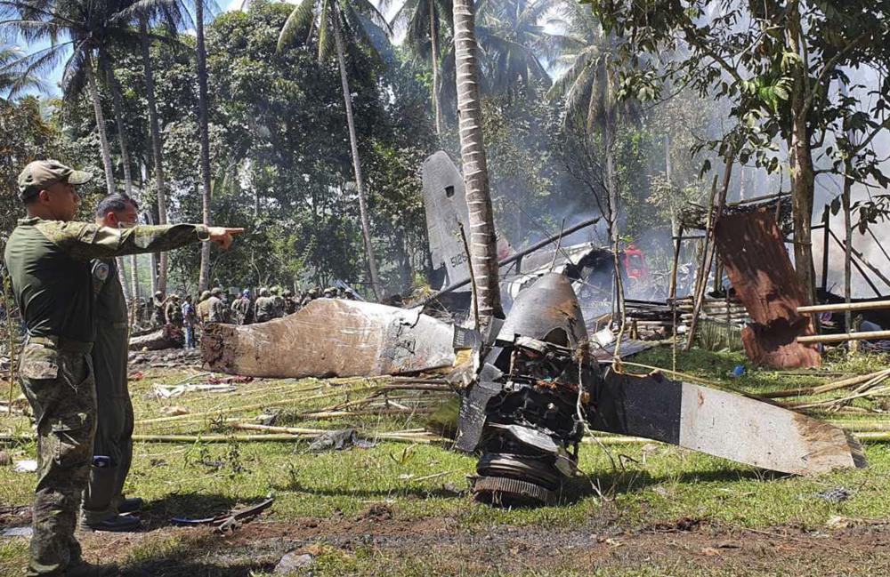 Các bộ phận của một chiếc máy bay Lockheed C-130 Hercules được nhìn thấy tại địa điểm máy bay rơi ở thị trấn Patikul, tỉnh Sulu, miền nam Philippines hôm Chủ nhật ngày 4/7/2021