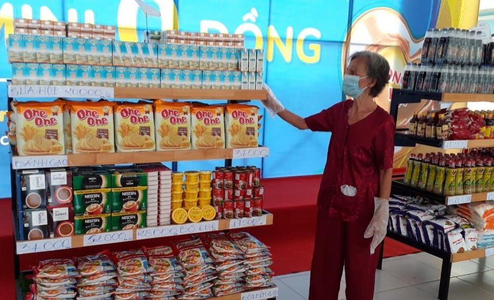 Người dân được phát phiếu đi siêu thị và chia theo các khung giờ để tránh tập trung đông người.