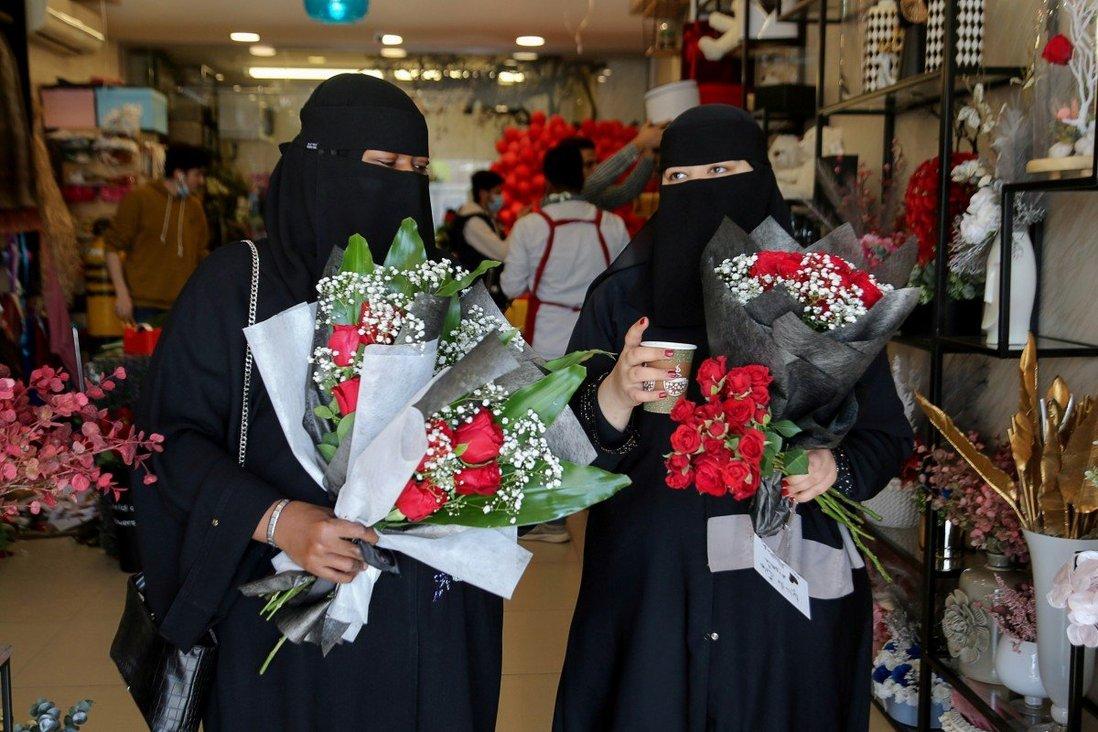 Phụ nữ mua sắm tại một cửa hàng bán hoa vào ngày lễ tình nhân ở Riyadh, Ả rập Saudi