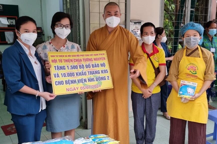 Đại diện Bệnh viện Nhi Đồng 2 TPHCM tiếp nhận tấm lòng hảo tâm từ Đại đức Thích Minh Phú và Phật tử chùa Tường Nguyên. Ảnh: Quốc Ngọc