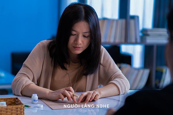 Diễn viên Oanh Kiều phải thay đổi hình ảnh dịu hiền mọi khi để vào vai nữ nhà văn có nhiều góc khuất về cảm xúc, nội tâm.