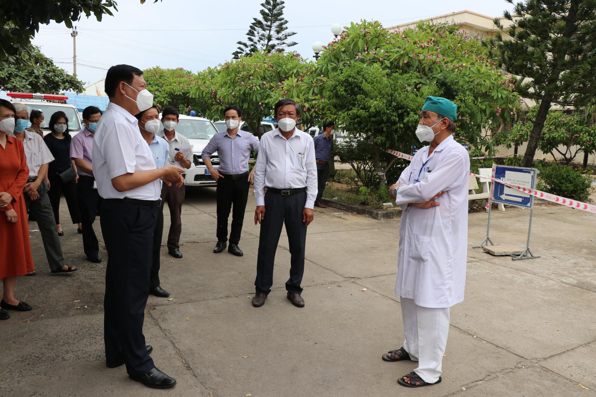 Thứ trưởng Bộ Y tế Đỗ Xuân Tuyên (ngoài cùng bên phải) đến kiểm tra công tác phòng, chống dịch COVID-19  tại tỉnh Phú Yên.