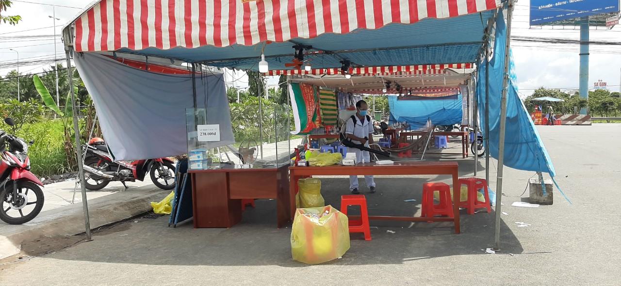 Chốt kiểm soát dịch bệnh ngay chân cầu Mỹ Thuận, tỉnh Vĩnh Long