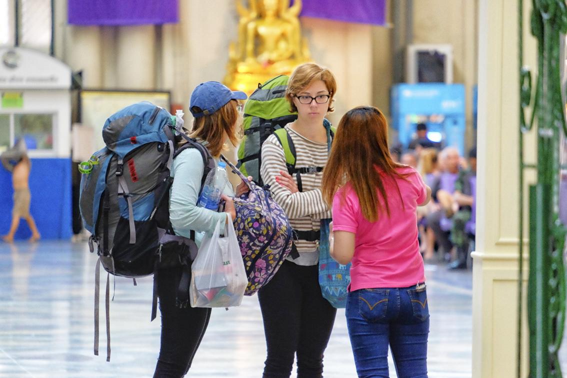 Nhiều du khách nước ngoài tiết kiệm bằng cách sử dụng tàu hỏa ở Thái Lan để đi lại - Ảnh: Getty Images