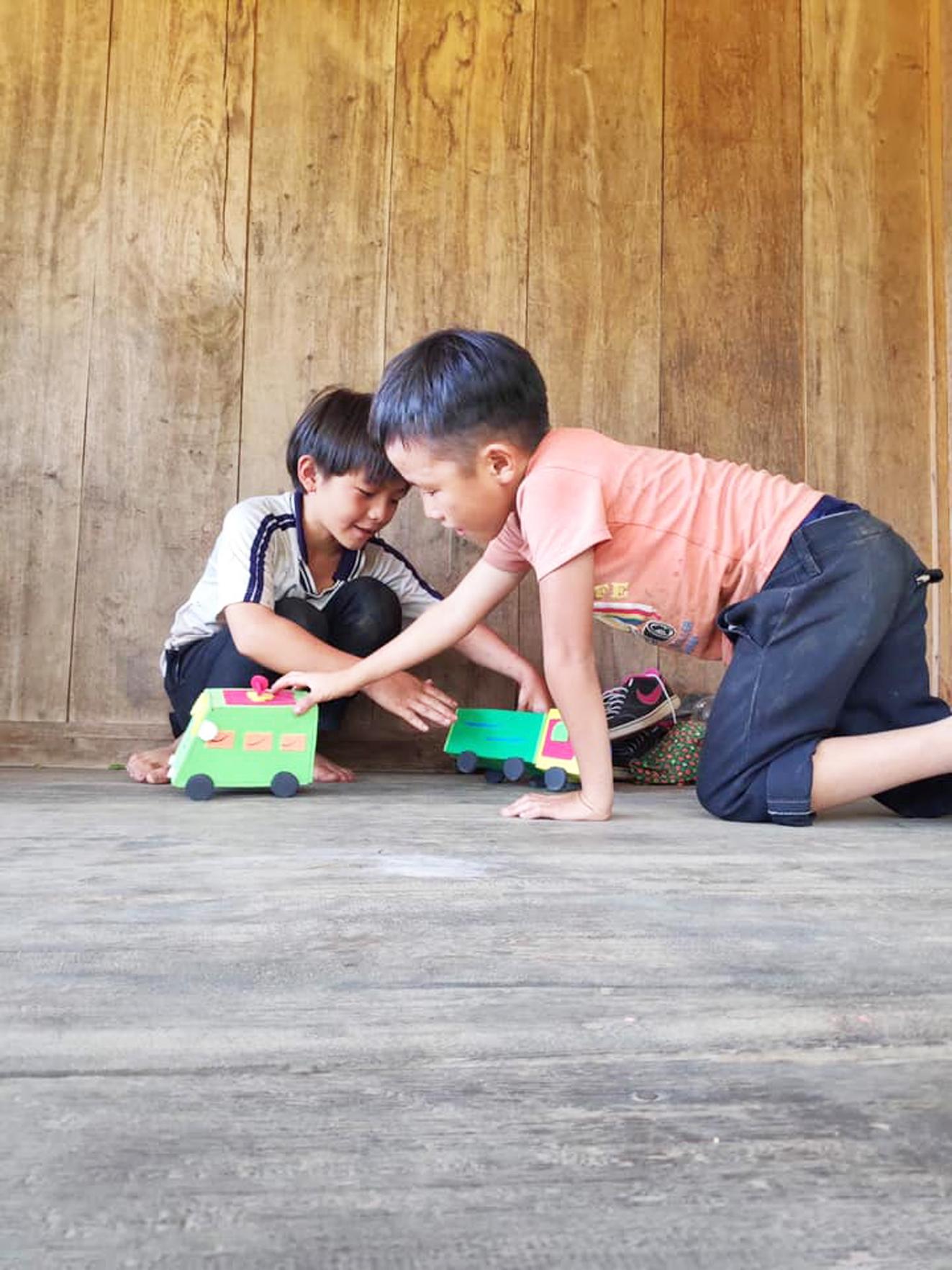 Học sinh ở Tây Bắc đang chơi đồ chơi thủ công do các cô giáo nhận tài trợ từ H.A.T làm tặng - ẢNH: NHÂN VẬT CUNG CẤP