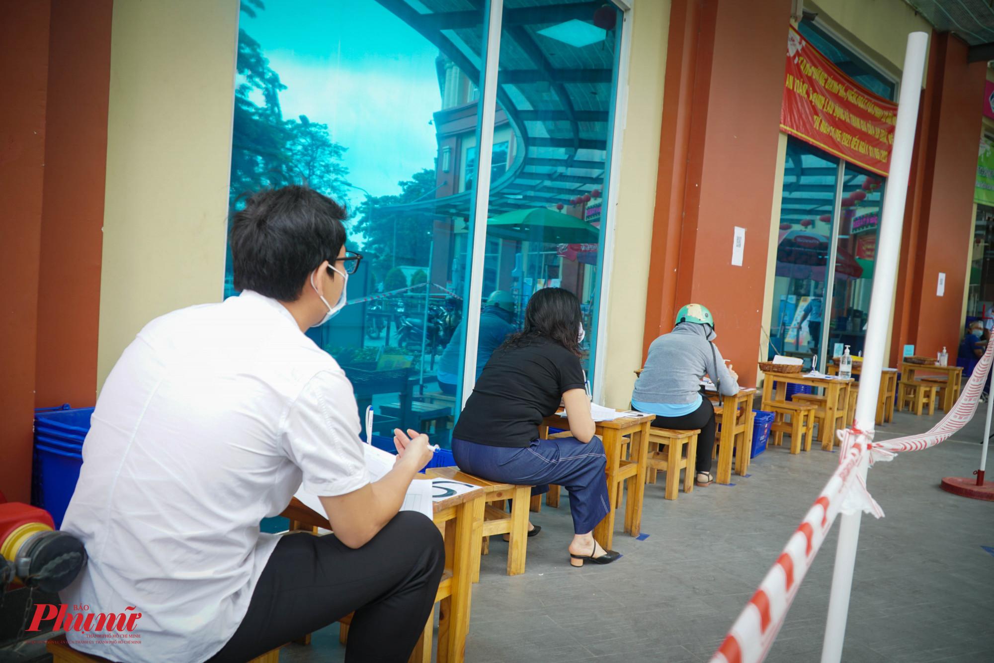 Ý thức được sự lây lan dịch bệnh khi tập trung đông người, người dân đến mua sắm cũng rất trật tự, ngồi đúng nơi quy định
