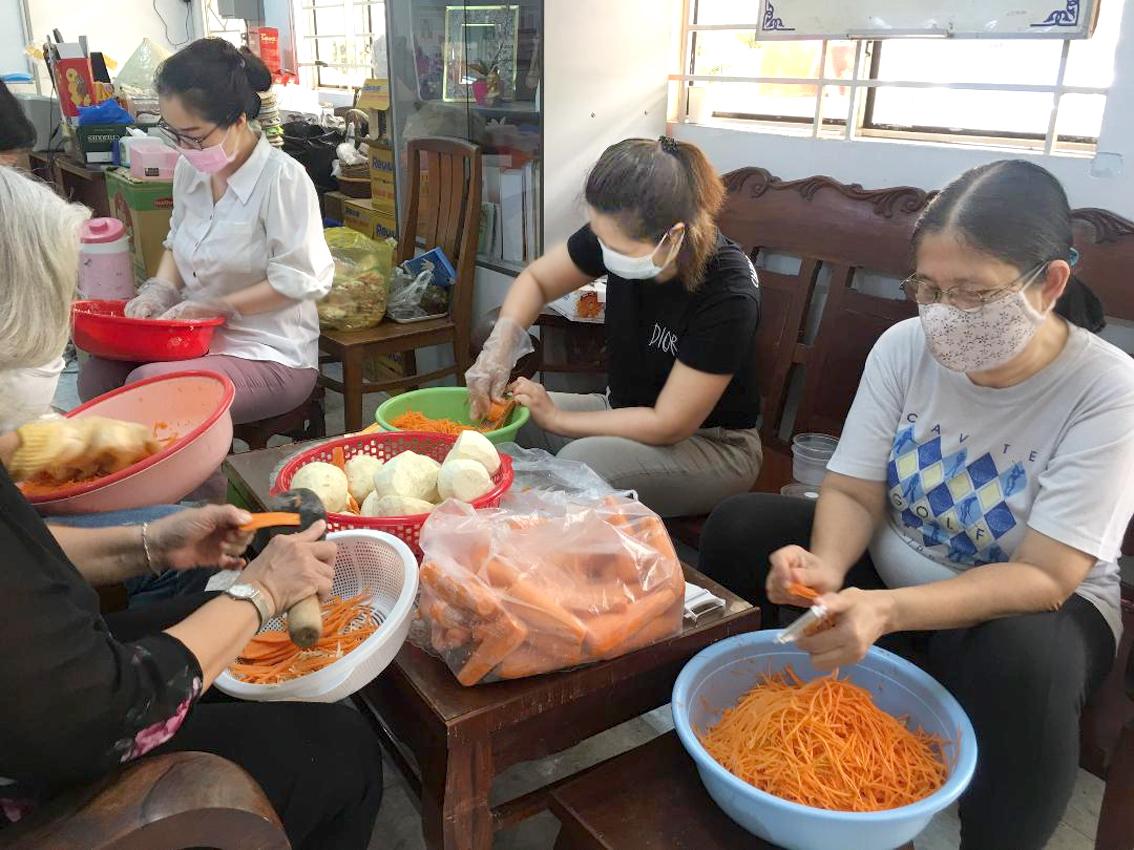 Các chị em ở bếp ăn dã chiến của Hội LHPN Q.3 vào ngày cuối tuần qua - Ảnh: T.C.