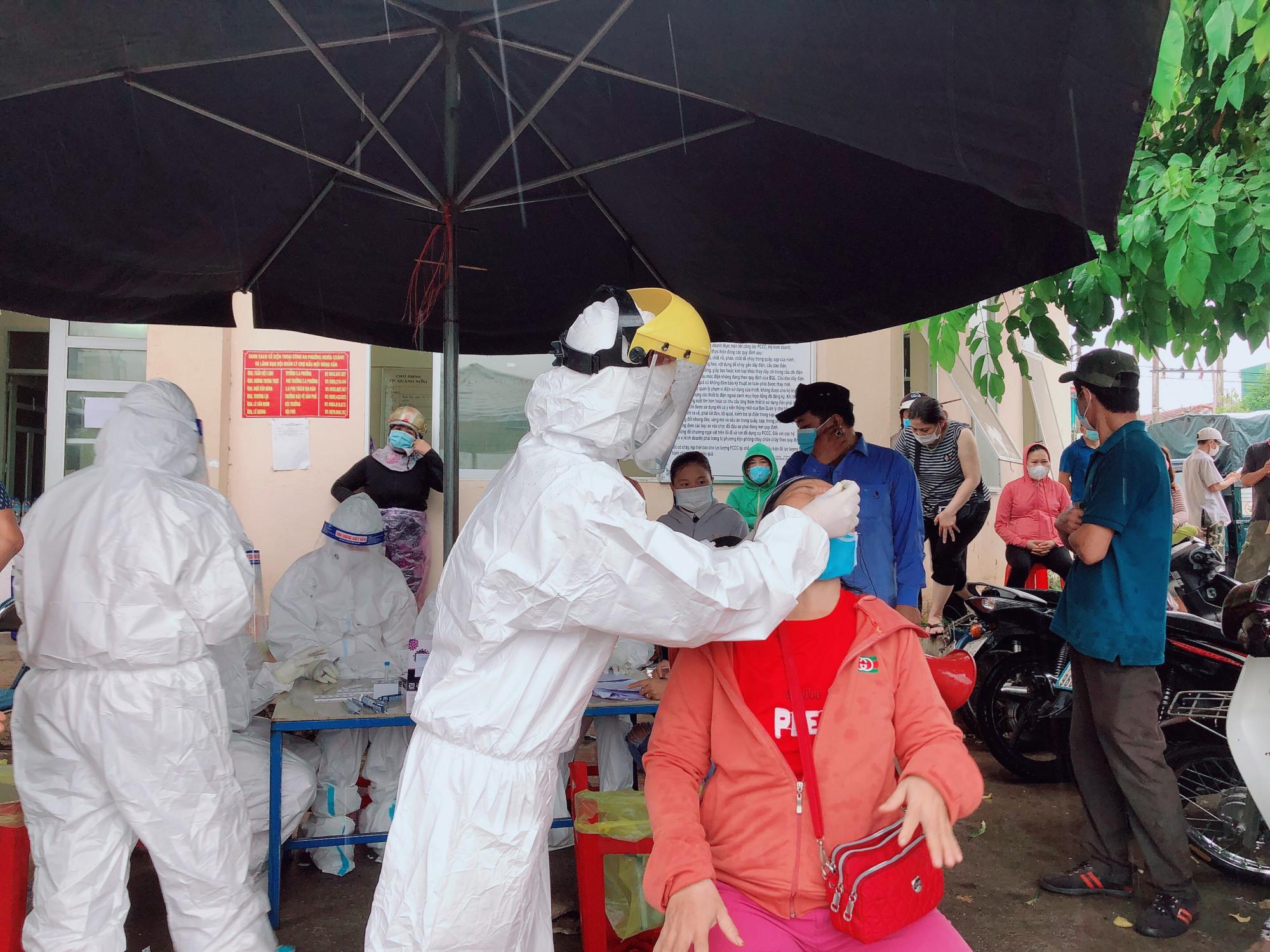 Tiểu thương và người dân liên quan đang được test nhanh với SARS-CoV-2