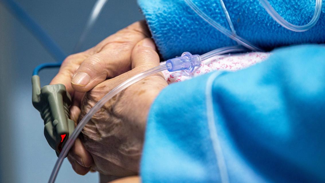 Bên cạnh vắc-xin phòng COVID-19, thế giới cần nhanh chóng tìm kiếm thuốc điều trị  khi thế giới chạm mốc 4 triệu người tử vong do đại dịch - Ảnh: Getty Images