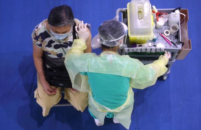 Một người dân được tiêm vắc xin ngừa COVID-19 trong chương trình tiêm chủng dành cho người trên