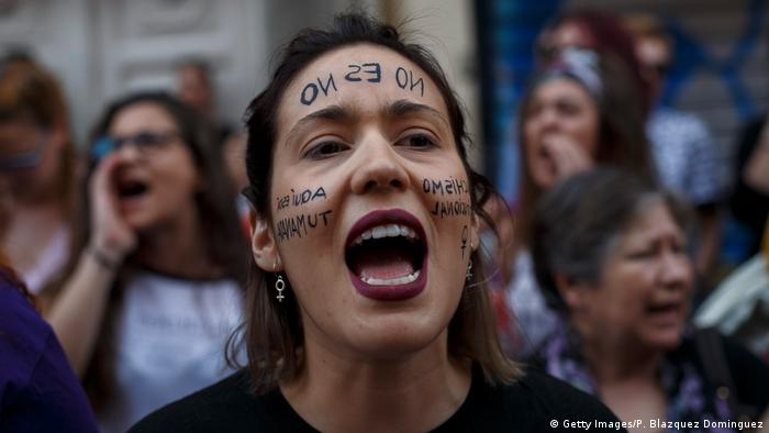 """""""Không nghĩa là không"""": Tây Ban Nha đã chứng kiến làn sóng biểu tình năm 2018 sau khi một nhóm hiếp dâm tập thể ban đầu thoát án phạt tấn công tình dục - Ảnh: Getty Images"""