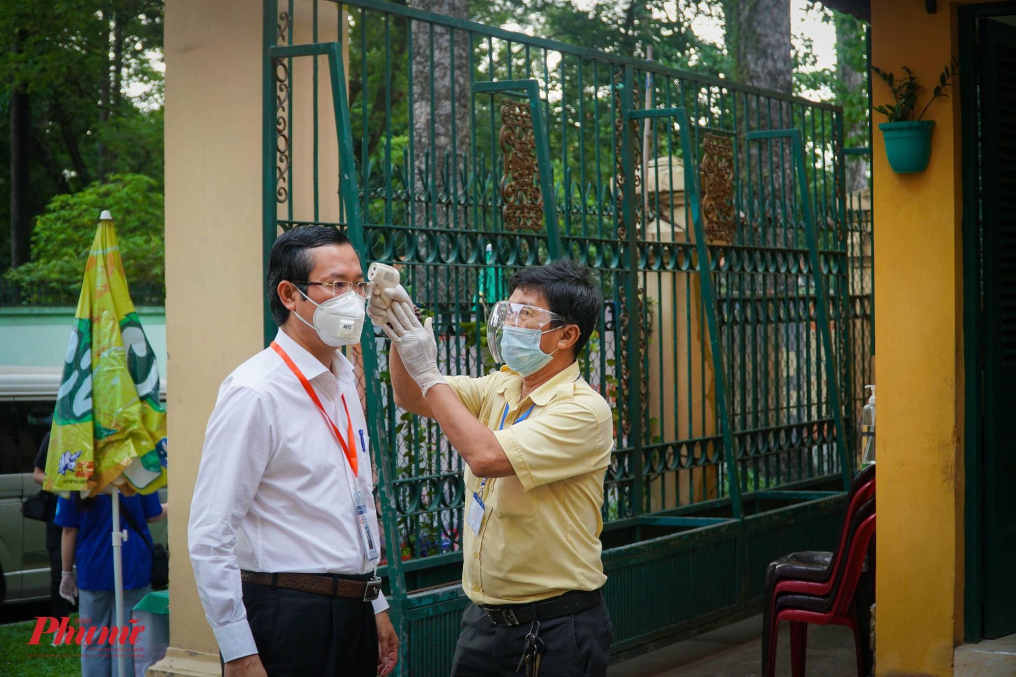 Thứ trưởng Bộ GD-ĐT Nguyễn Văn Phúc được kiểm tra các biện pháp an toàn trước khi vào điểm thi khảo sát