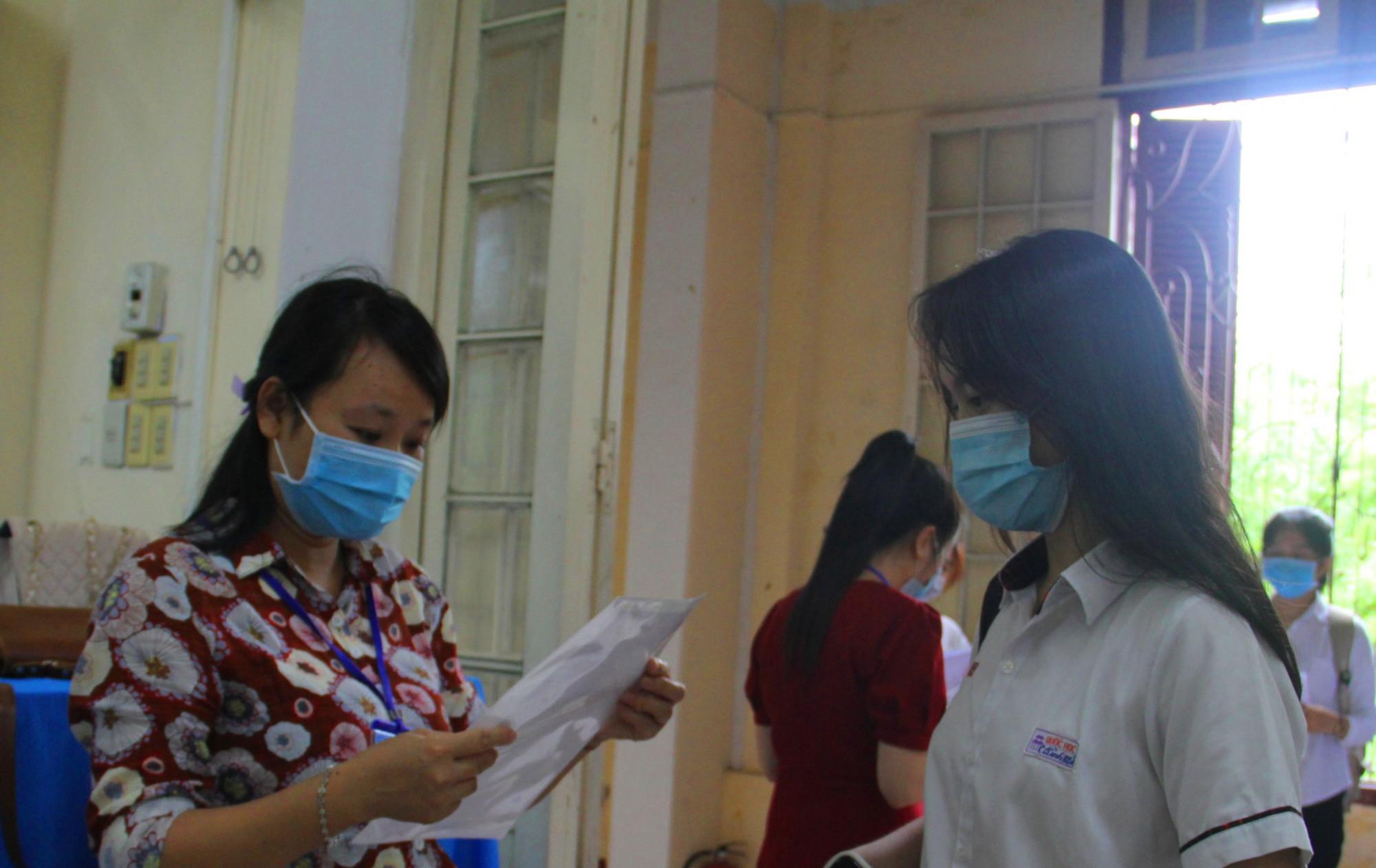 Kiểm tra số báo danh từng thí sinh trước lúc vào thi tại Hội đồng THPT chuyên Quốc học Huế
