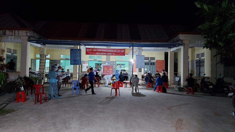 Người dân chờ lấy mẫu xét nghiệm ở huyện Chơn Thành