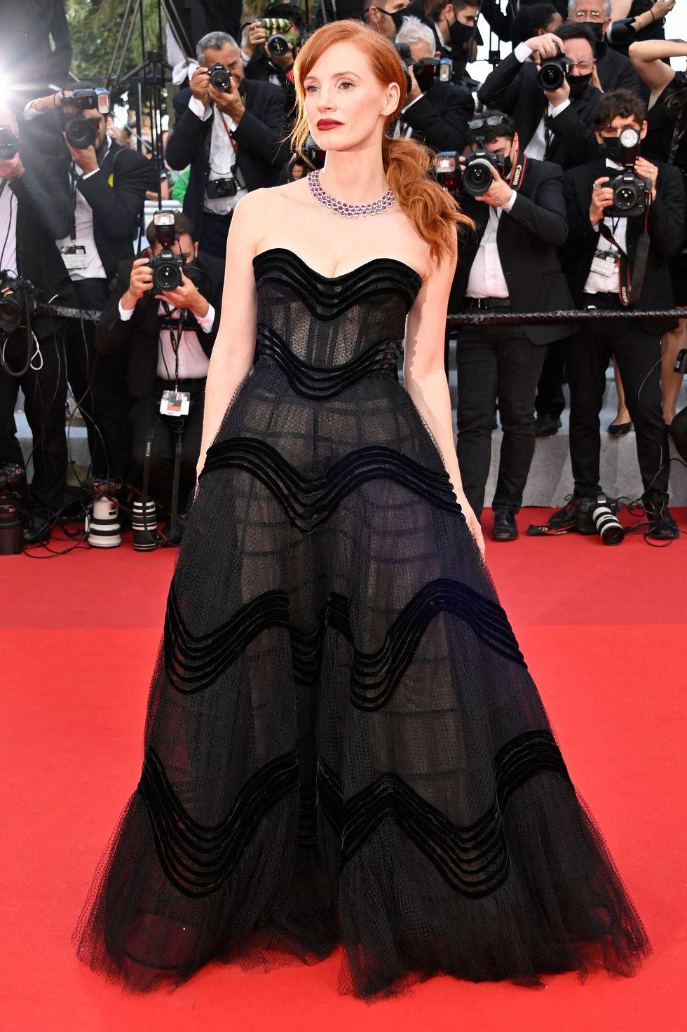 Sau khi bị hủy bỏ đáng tiếc vào năm ngoài do dịch COVID-19, Liên hoan phim Cannes đã trở lại với tất cả sự hào nhoáng và quyến rũ thường thấy. Jessica Chastain nổi bật trên thảm đỏ trong chiếc váy quây Dior Couture màu đen thanh lịch, kết hợp với vòng cổ ruby Chopard sang trọng.
