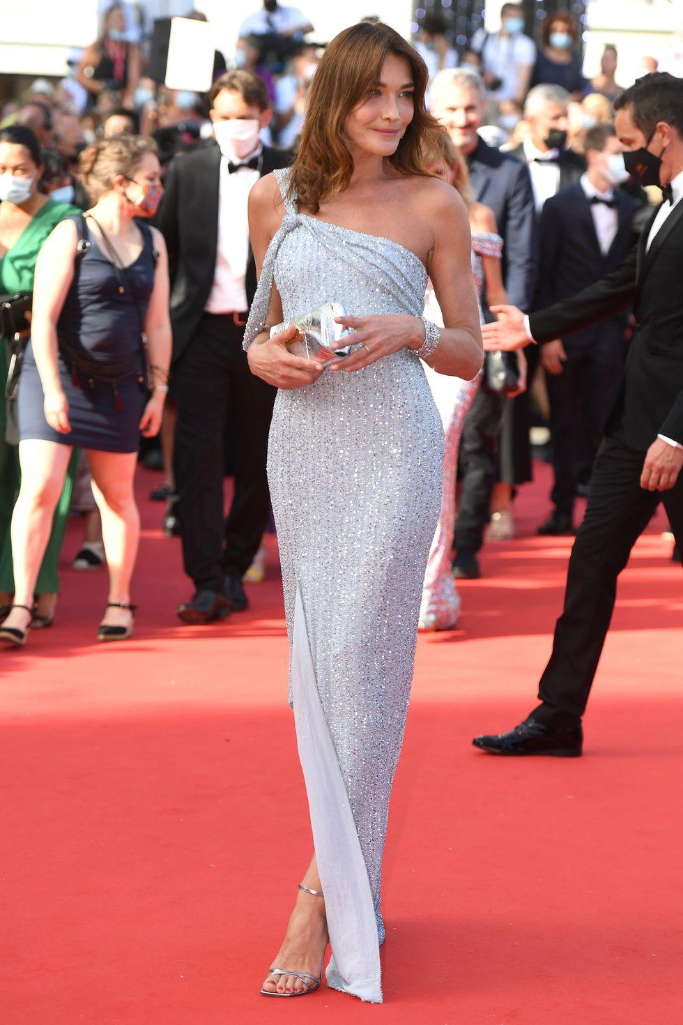 Carla Bruni chọn một chiếc váy sequin Celine một bên vai.