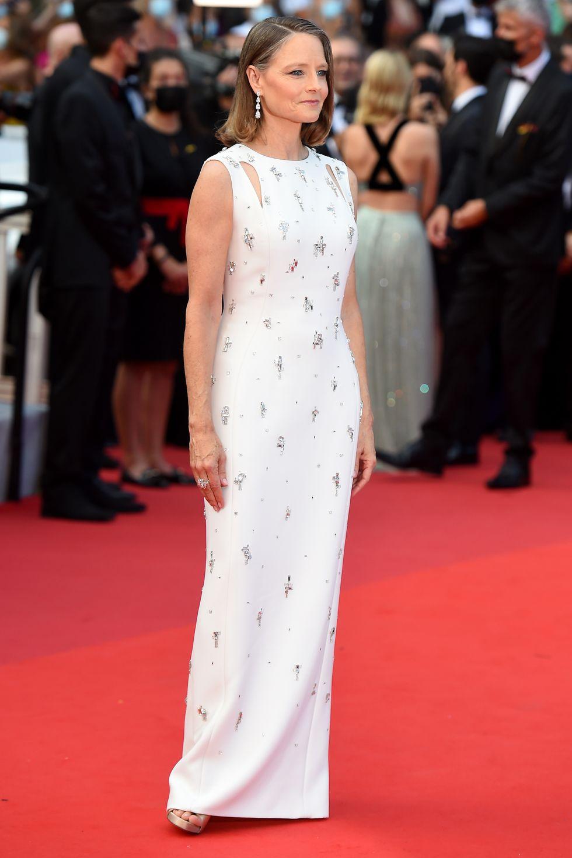 Jodie Foster, người nhận Giải thưởng Thành tựu trọn đời danh giá năm nay, giản di trong chiếc váy Givenchy được trang trí tinh tế.