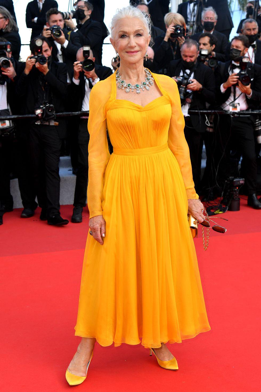 Helen Mirren cuốn hút ánh nhìn trong chiếc váy Dolce & Gabbana màu vàng rực rỡ. Ở tuổi 76, nữ diễn viên vẫn khiến khán giả trầm trộ vì sự phong cách thời trang thời thượng và sắc vóc thon gọn của mình.