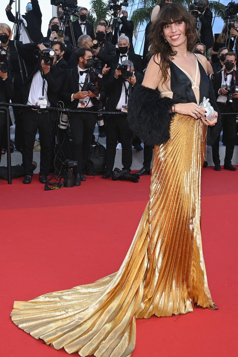 Lou Doillon mang đến sự kịch tính trong chiếc váy Gucci với phần chân váy xếp ly vàng ấn tượng.