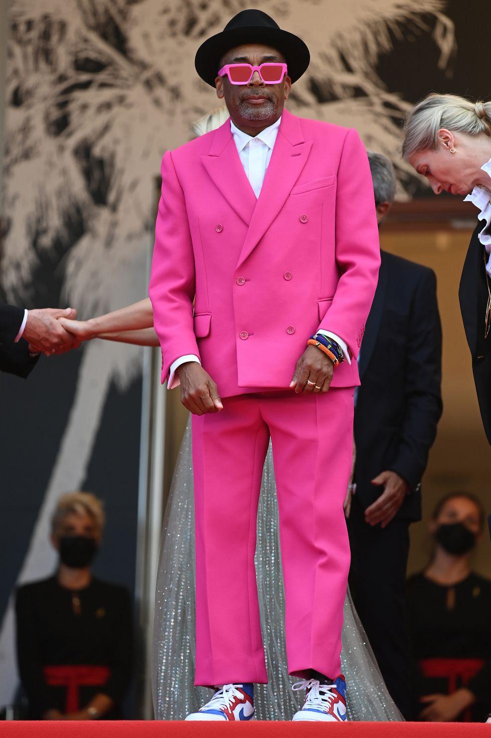 Đạo diễn Spike Lee, trưởng ban giám khảo Cannes năm nay, tiếp tục gây chú ý với phong cách lập dị đặc trưng của mình, khi khoác lên mình bộ vest hồng đến từ thương hiệu Louis Vuitton.