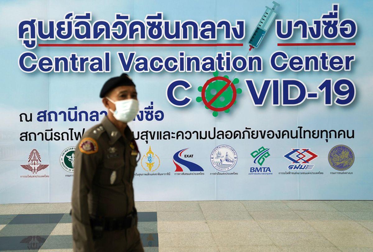 Thái Lan đang khẩn trương nhập vắc xin vắc xin Pfizer-BioNTech để tiêm cho dân chúng - Ảnh: Athit Perawongmetha/Reuters